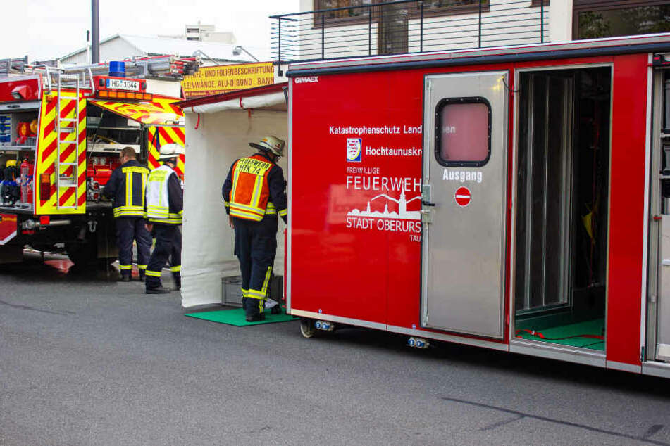 In der eingerichteten Dekontaminations-Station wurden betroffene Mitarbeiter und Feuerwehrkräfte durch gründliches Waschen und Entkleiden dekontaminiert.