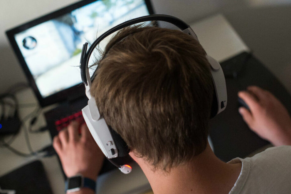 Ein Gamer vor seinem PC: Reul will die Gamerszene beobachten lassen. (Symbolbild)