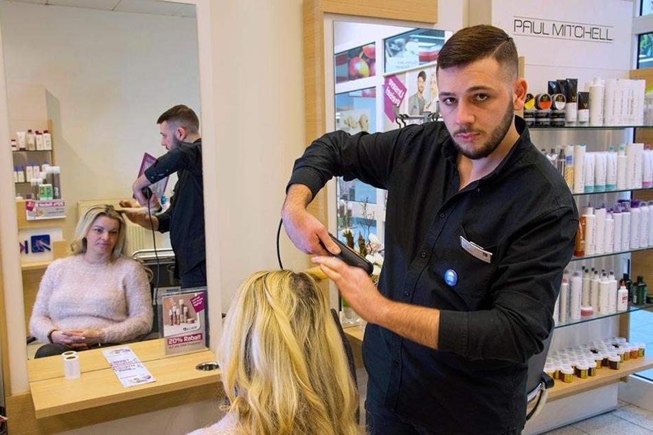 Als Friseur schon ein As: Ovik Manukyan (19) ist beliebt bei Kunden und Kollegen.