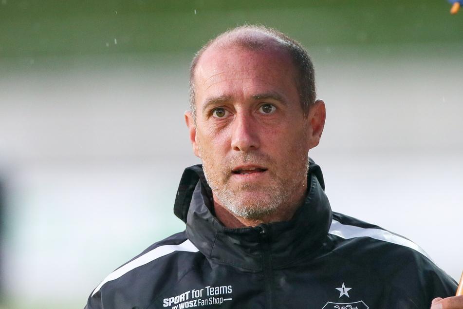 Joe Enochs (50) muss gegen SC Freiburg II zum Jongleur werden.