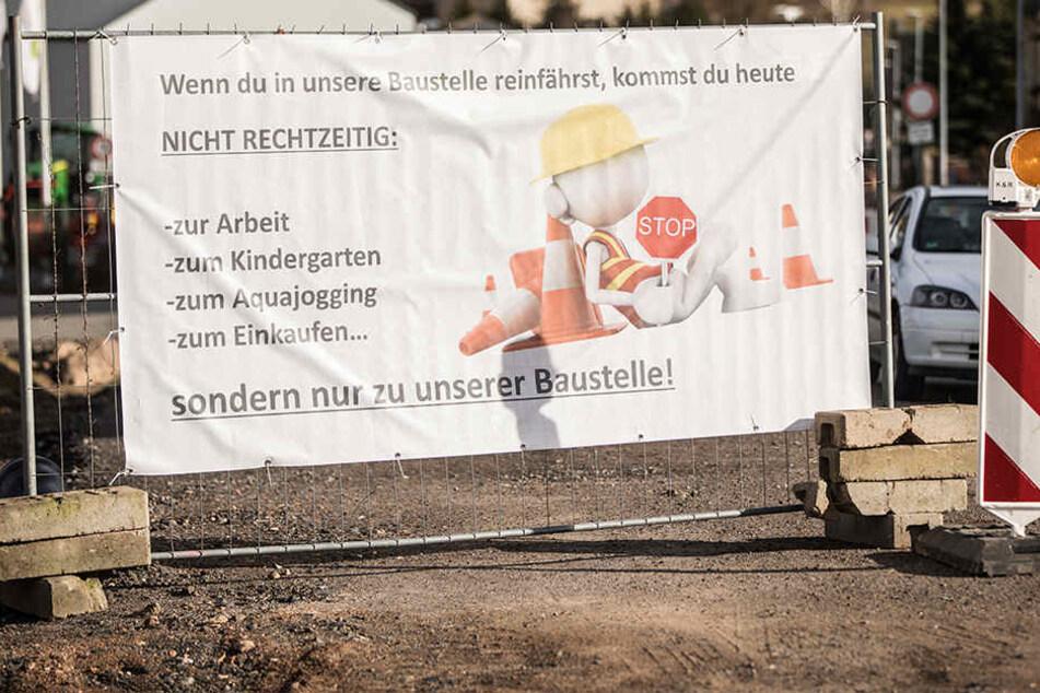 Mit witzigen Plakaten verzierte der Bauleiter seine Baustelle.
