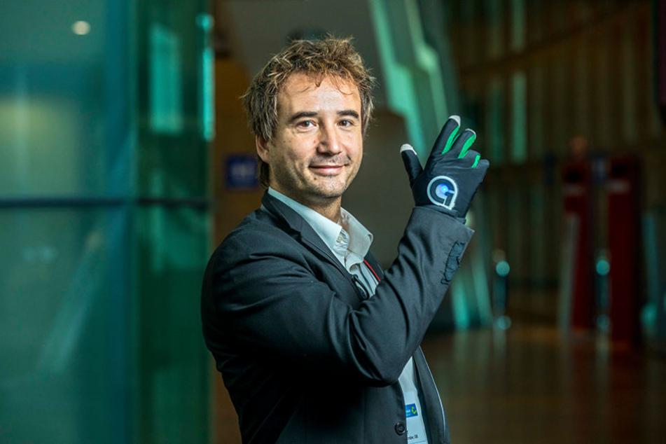 "Prof. Micha Dohler (41) mit dem Super-Handschuh ""Clove One""."