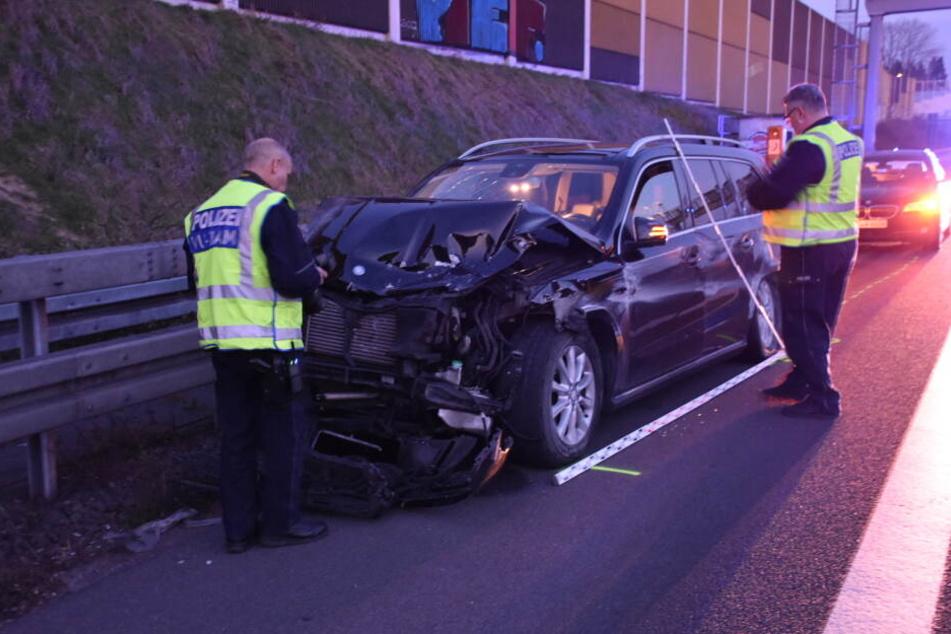 Das mutmaßliche Fahrzeug, das den Unfall verursachte, stoppte weit hinter der Karambolage.