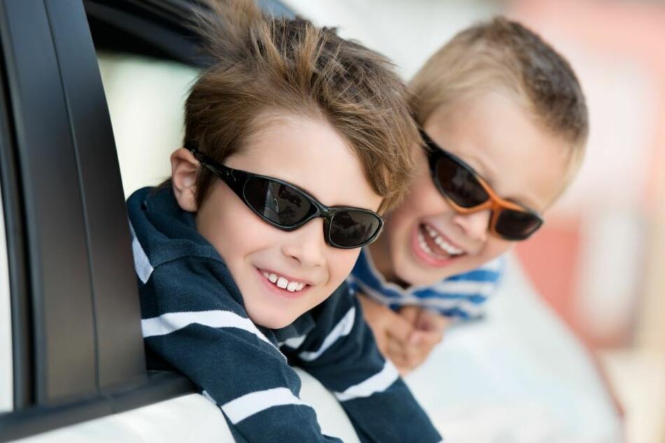 Geht gar nicht, auch wenn die Kids dann happy sind: Unangeschnallt Autofahren.