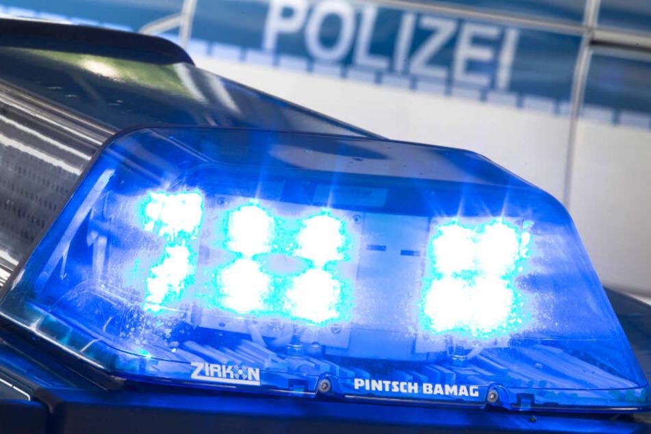 Das Blaulicht eines Polizeifahrzeugs leuchtet.