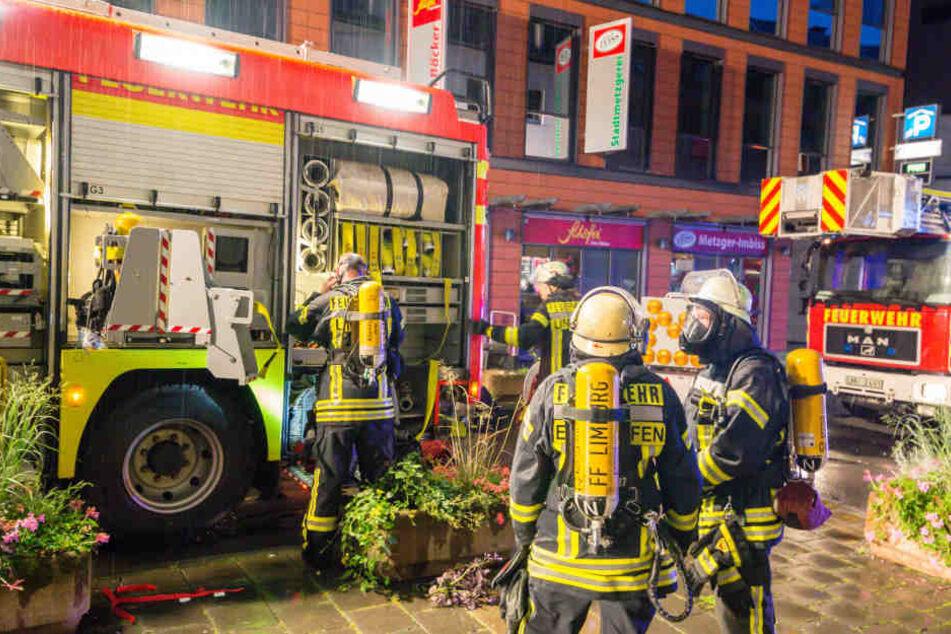 Die Feuerwehr musste mehrere Personen über eine Drehleiter aus dem Haus befreien.