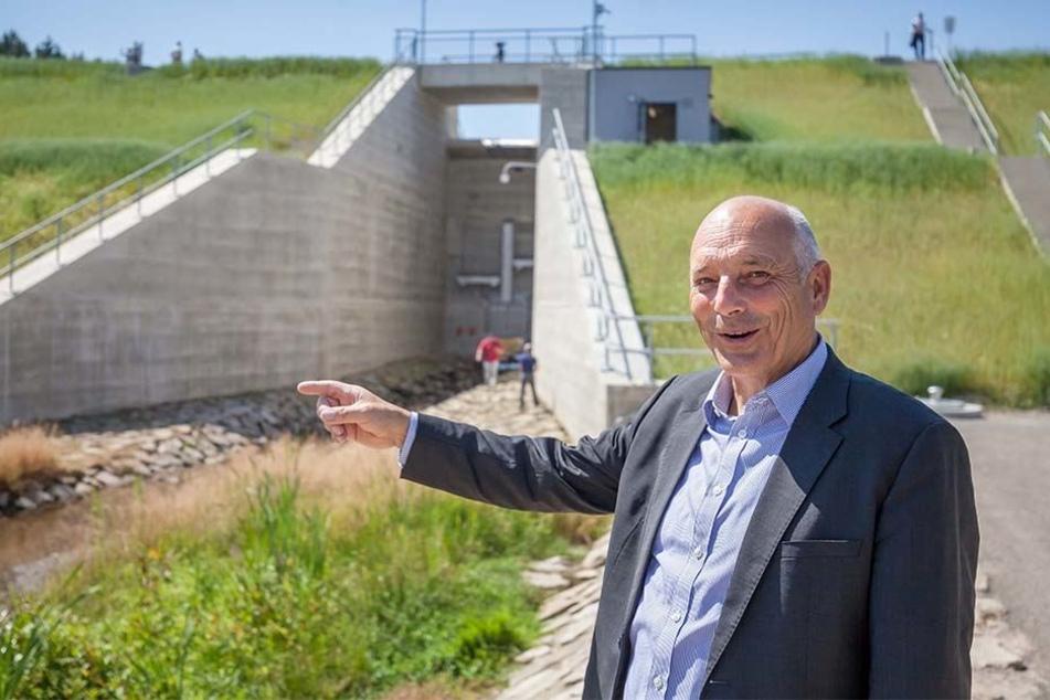 Der Geschäftsführer der Landestalsperrenverwaltung, Heinz Gräfe (61), steht vor der neuen Staumauer.