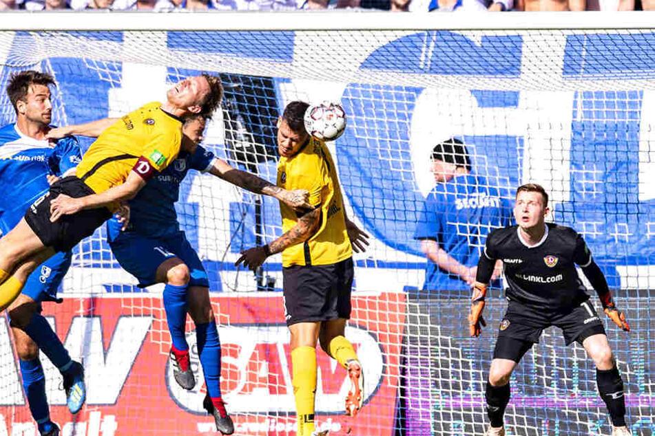 Dynamos Dario Dumic (2.v.r.) klärt per Kopf, weil Kapitän Marco Hartmann (in Schräglage) nicht an den Ball kommt. Läuft das Abwehr-Duo auch gegen Bielefeld zusammen auf?