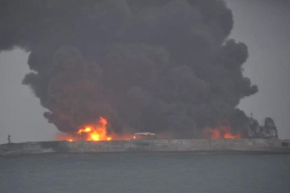 Der komplette Öltanker steht in Flammen.