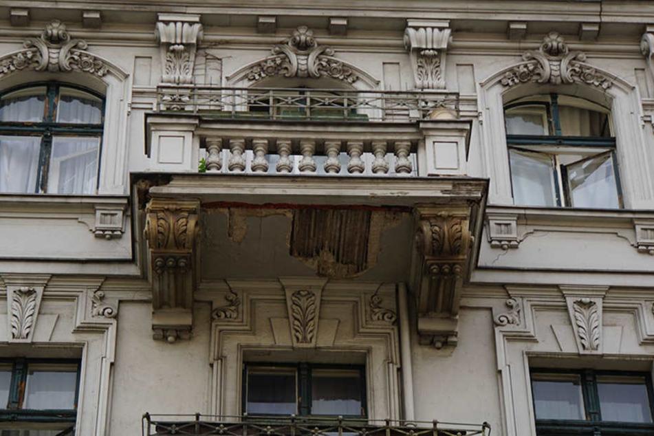 Mieter haben Angst ihre Balkone zu betreten. Der Putz bröckelt in großen Teilen ab.