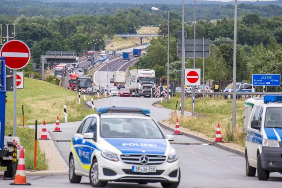 In Ludwigsdorf werden die Fahrzeuge auf den Parkplatz gewinkt. Die Kontrollen erfolgen demnächst auch auf der A 17.