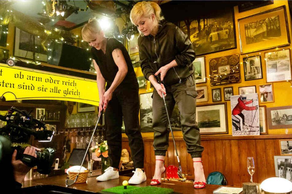 Anna Loos (links) und Ina Müller steigen für eine Partie Golf auf den Tisch.
