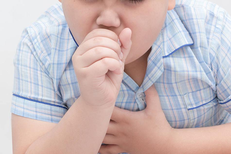 Der Junge hatte wohl beim Spielen eine kleine Pfeife verschluckt, die in der Lunge gefunden wurde.