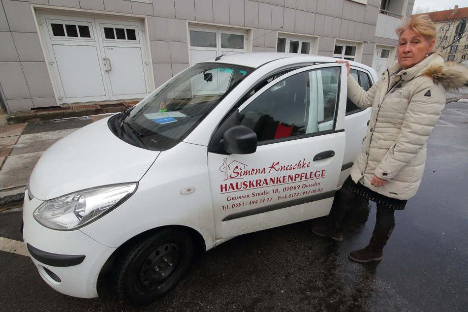Pflegedienst-Chefin Simona Kneschke (58) zeigt eins ihrer demolierten  Autos.