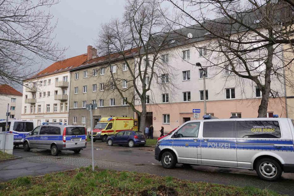 Polizeieinsatz in der Vettersstrasse: Ein 25-jähriger Mann wollte sich offenbar mit einem Messer selbst verletzen. Als seine Freundin ihn davon abhalten wollte, verletzte er sie offenbar.