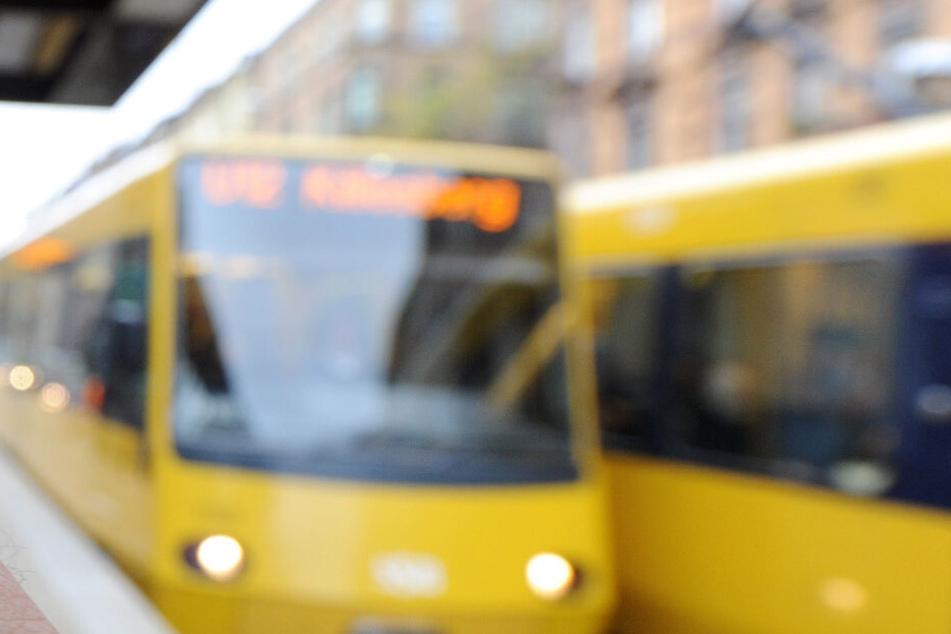 Jugendlicher wird in S-Bahn sexuell belästigt, dann beißt er dem Täter in die Zunge