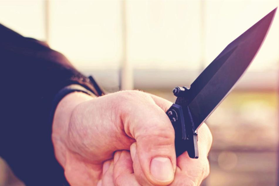 Angeblich hörte der Mann Stimmen, die ihn zu der Messerattacke aufforderten (Symbolbild).