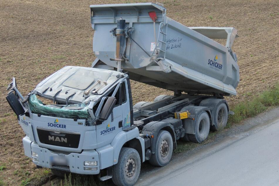 Der zerstörter Lastwagen steht neben einer Straße im Landkreis Kulmbach.