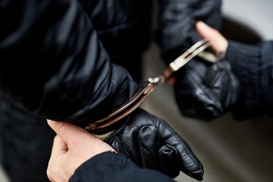 Kurz nachdem der Räuber in die Wohnung eingestiegen war, klickten auch schon die Handschellen (Symbolfoto).