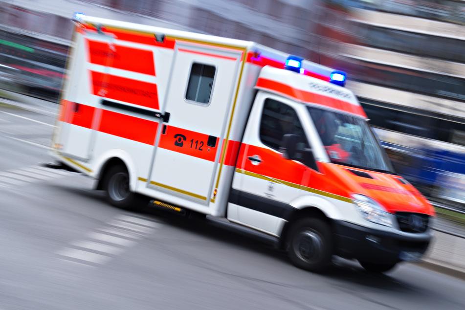 Ein Rettungswagen brachte den Arbeiter ins Krankenhaus. (Symbolbild)