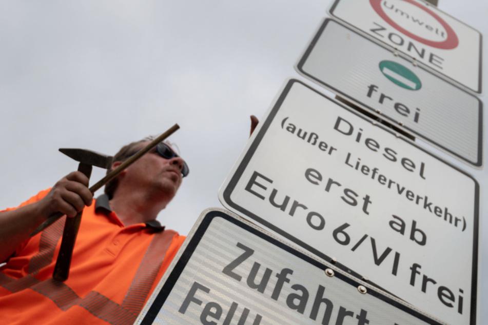 Neue Schilder für Fahrverbote in Stuttgart werden angebracht