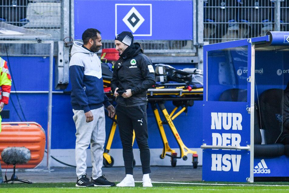 HSV-Coach Daniel Thioune (l.) im Gespräch mit Greuther Fürths Trainer Stefan Leitl.