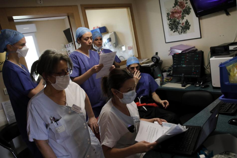 In der Intensivstation der Klinik Ambroise Pare in Neuilly-sur-Seine, in der Nähe von Paris, arbeitet das medizinische Personal auf der Intensivstation an einem Computer.
