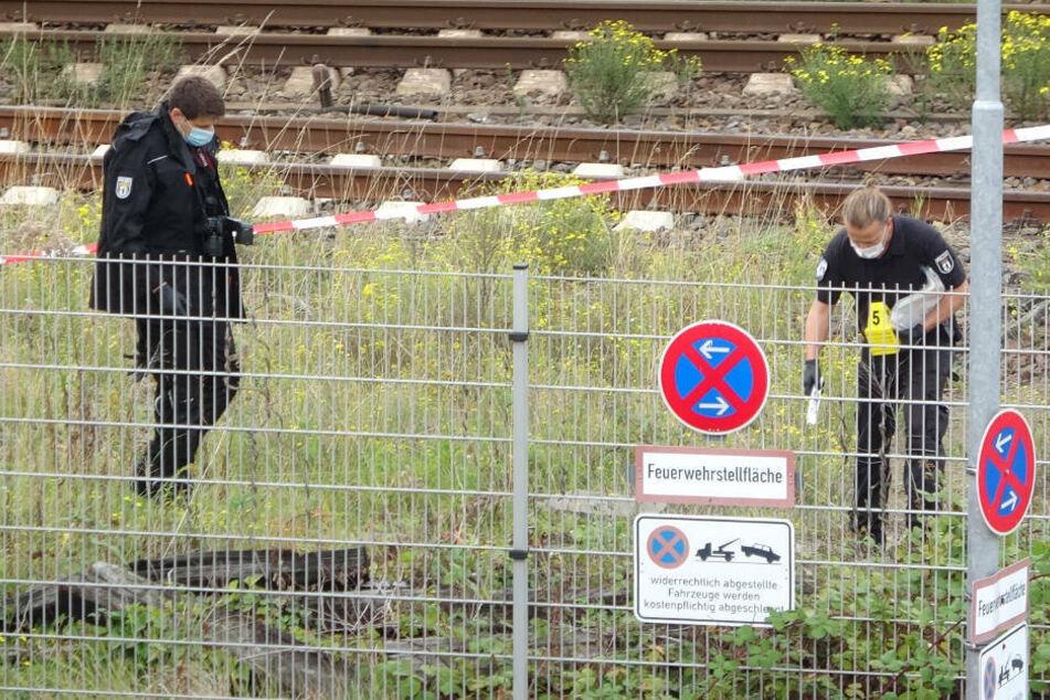 Experten der Polizei untersuchen die Brandstelle zwischen den Bahnhöfen Ostkreuz und Frankfurter Allee, wo am Montagmorgen ein Kabelbrand gelegt wurde.
