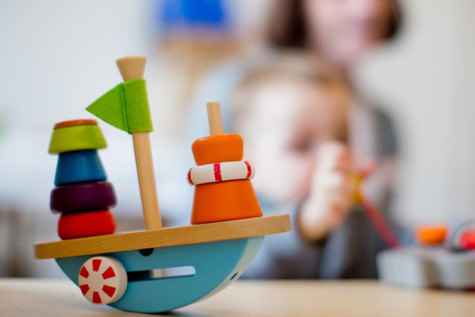 Kita-Kinder und ihre Eltern müssen sich weiter mit deutlichen Einschränkungen arrangieren.