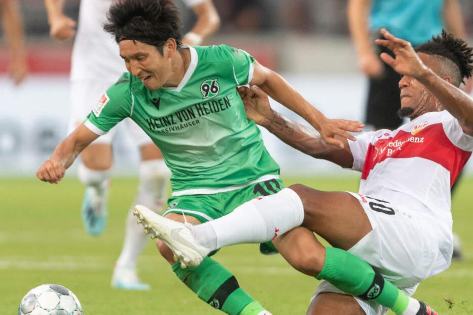 Stuttgart's Daniel Didavi (r) spielt gegen Hannover's Genki Haraguchi.