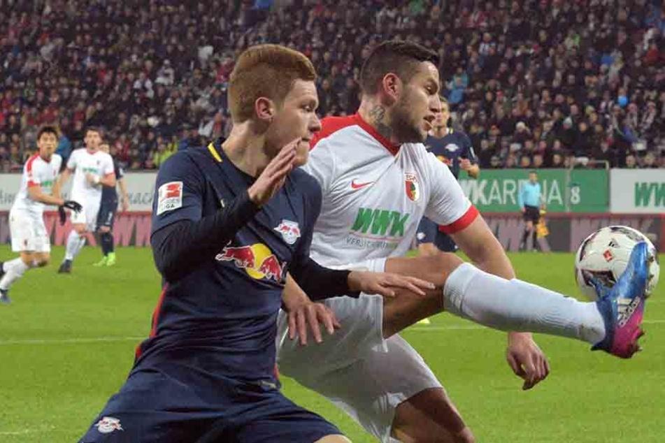 Augsburgs Raul Bobadilla (r.) und Marcel Halstenberg kämpfen um den Ball.
