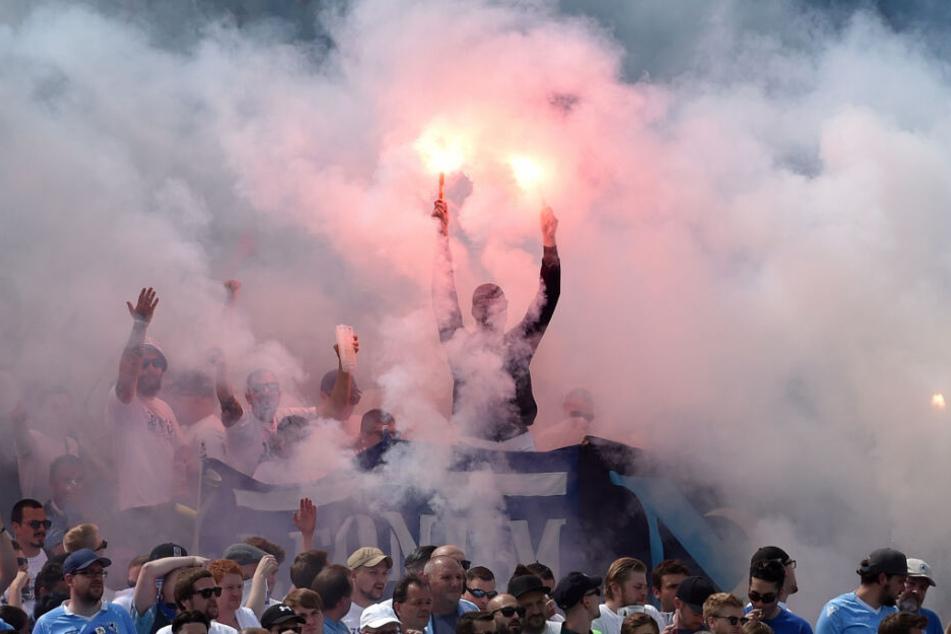 Fans des TSV 1860 München zünden Pyrotechnik im Stadion an der Grünwalder Straße.
