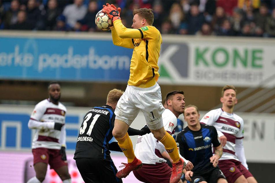 Markus Schubert konnte beim 0:3 in Paderborn zwar Dynamos Niederlage nicht verhindern, ein totales Debakel dagegen schon.