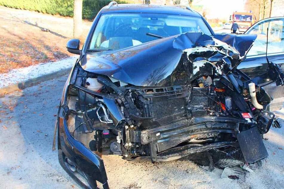 Der Fahrer des VW wurde schwer verletzt. Das Auto erlitt einen Totalschaden.