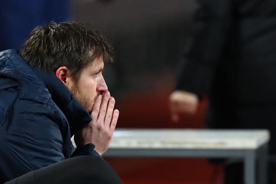"""Ein nachdenklicher Trainer: Hannes Drews machte zuletzt mit seinen """"Veilchen"""" eine schwierige Zeit durch, die auch am 35-Jährigen nicht spurlos vorübergegangen ist."""