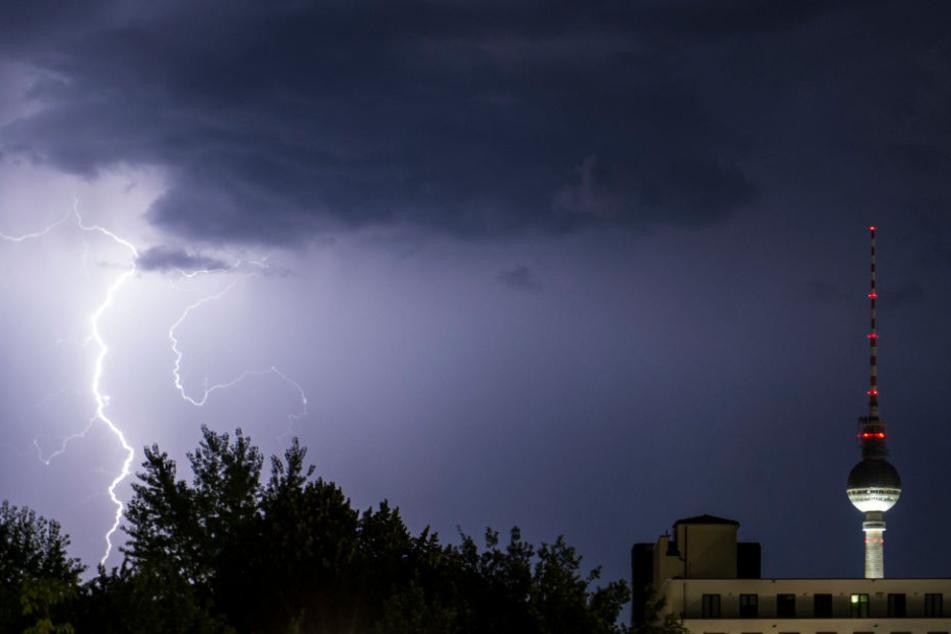 Ein Blitz erhellt den Berliner Nachthimmel auf. (Symbolbild)