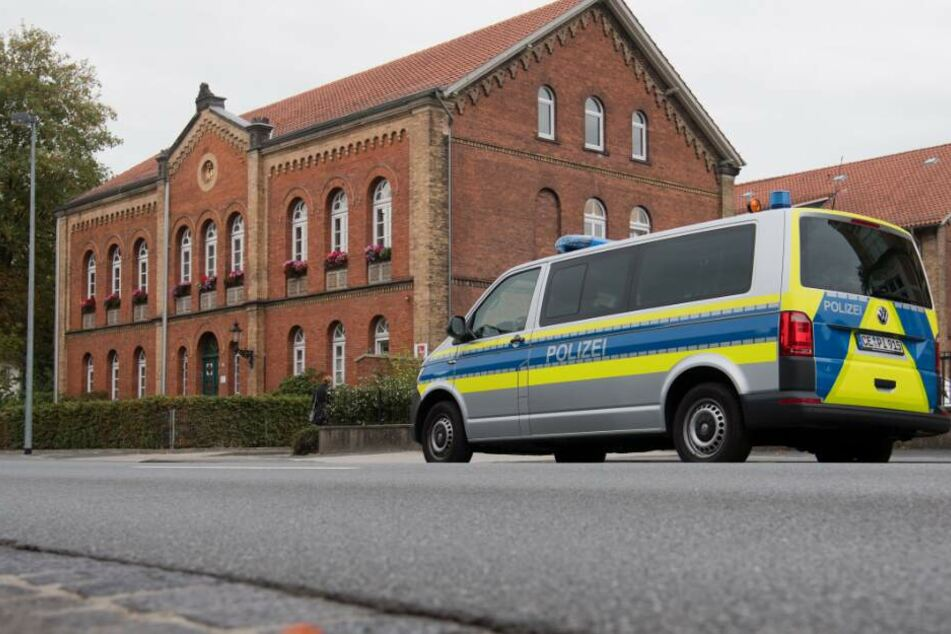 Ein Fahrzeug der Polizei steht vor dem Amtsgericht.