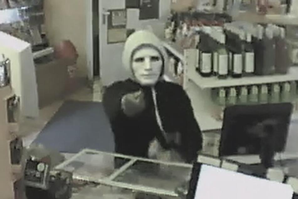 Der Tatverdächtige soll den Kassierer mit einem Messer bedroht und verletzt haben. Wer erkennt ihn?