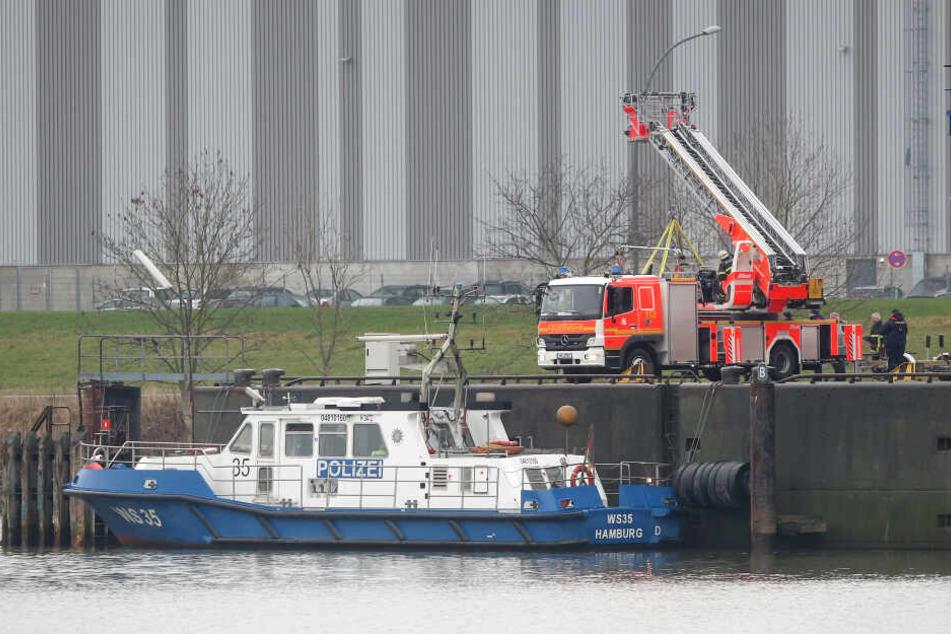 Die Polizei sperrte den Fundort in Hamburg-Waltershof auch zu Wasser ab.