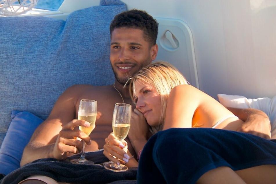 Die Bachelorette in Aktion: David und Gerda Lewis kommen sich kuschelnd näher! Und David grinst vor Freude.