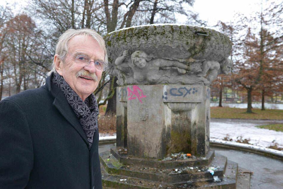 """Dieter Füsslein (76, FDP) am 1913 errichtetet """"Müller-Zipper-Brunnen"""" zu Ehren von Bürgermeister Johann Friedrich Müller (1812-1878) und Stadtrat Robert Zipper (1814-1884)."""
