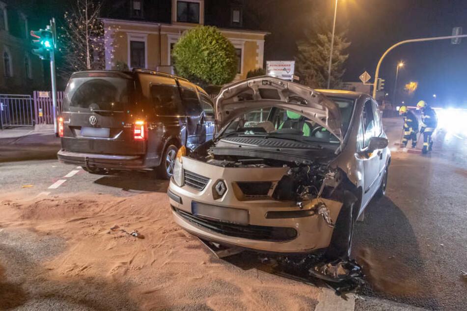 In Annaberg-Buchholz krachten am Samstagabend auf der Kreuzung Robert-Blum-Straße Ecke Parkstraße ein VW Caddy und Renault zusammen.