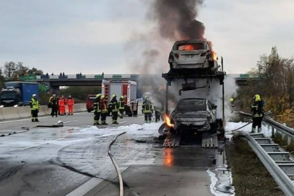 Leipzig: Schaden im sechsstelligen Bereich: Autotransporter geht auf der A9 in Flammen auf