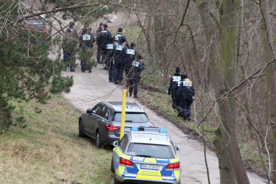 Polizisten suchen am 12.01.2018 bei Mannheim in einem Waldstück am Pfingstbergweiher in der Nähe der Fundstelle einer Leiche eines Neugeborenen nach Spuren.
