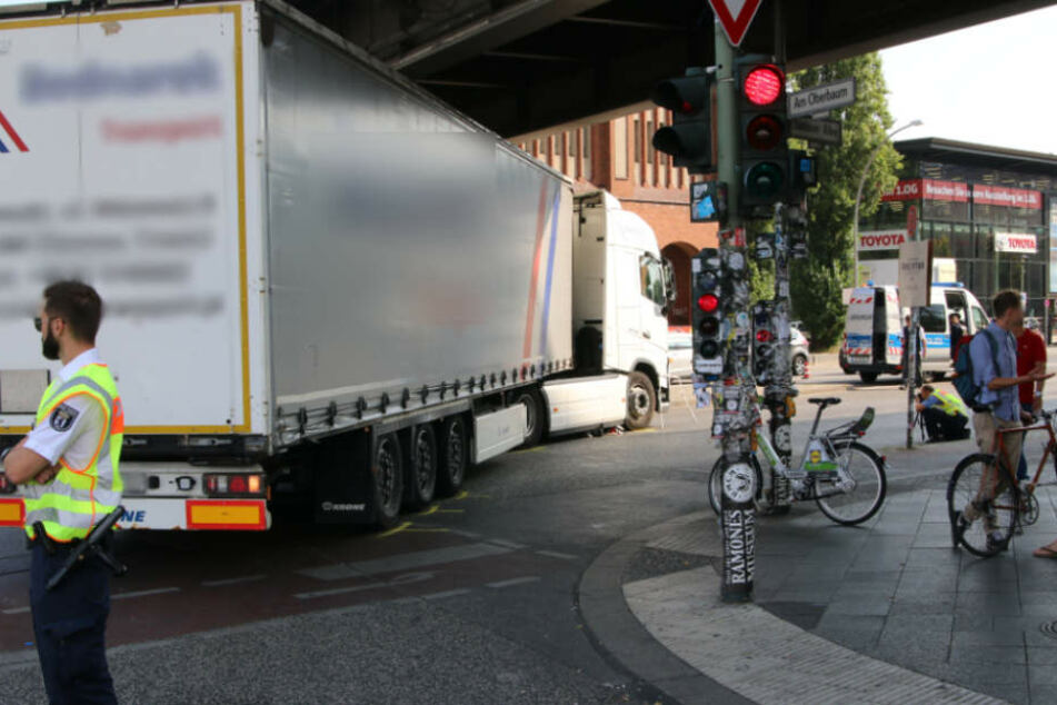 Der Lastwagen an der Unglücksstelle beim Abbiegen in die Stralauer Allee.