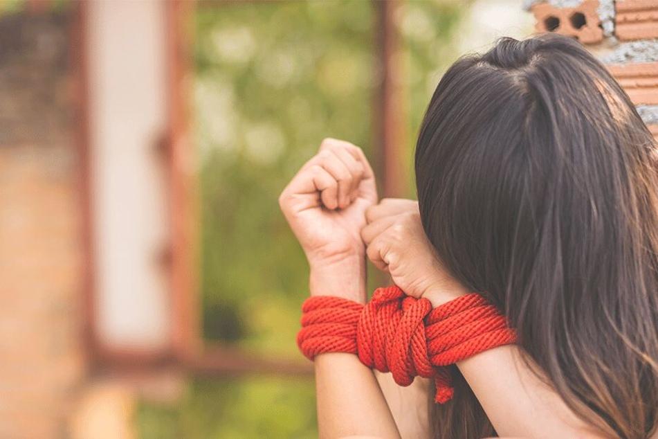 Zehn Männer zerren Studentin aus Auto und vergewaltigen sie gemeinsam