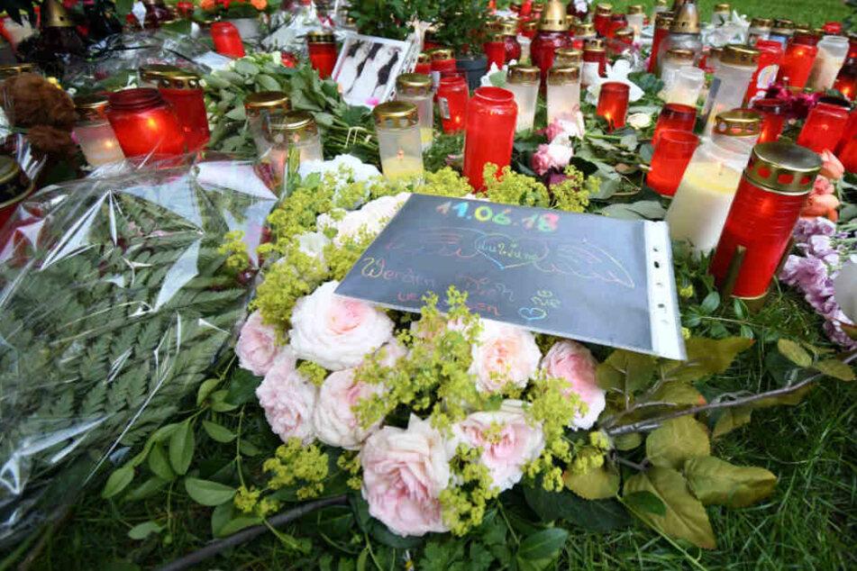 Kerzen und Blumen an der Stelle, wo die 15-Jährige tödlich verletzt zusammengerochen war.
