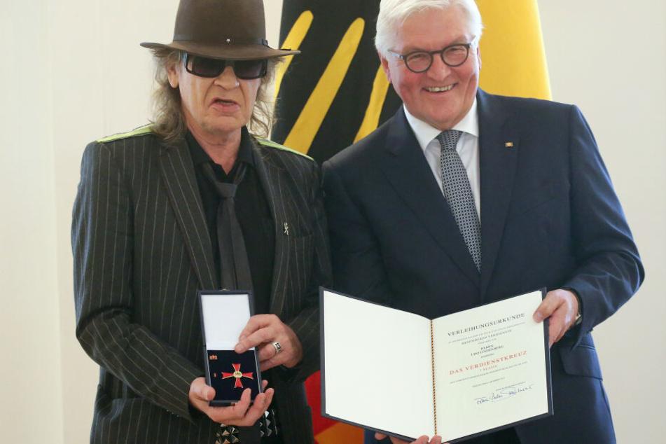 Udo Lindenberg (73, li.) mit Bundespräsident Frank-Walter Steinmeier, während der Verleihung des Bundesverdienstkreuzes.