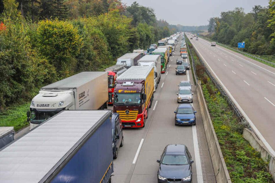 Die Autobahn musste zur Unfallaufnahme über mehrere Stunden gesperrt werden. (Symbolbild)