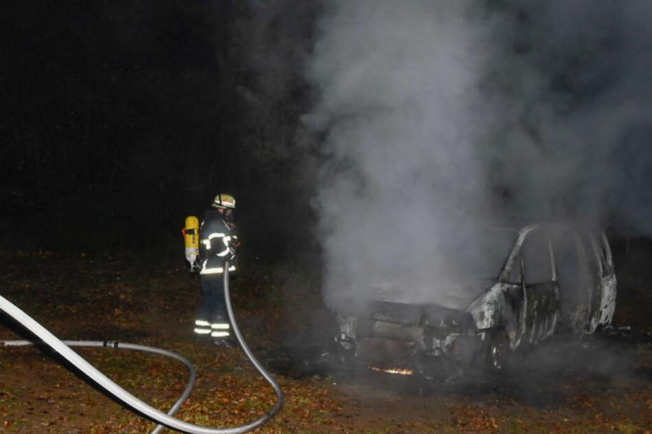Das Auto geriet mitten auf einem Fußballplatz in Brand.